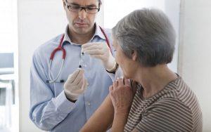 Tiêm thuốc cho người già